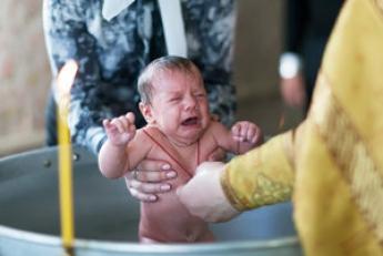 В Украине хотят законодательно запретить крестить детей до 18 лет
