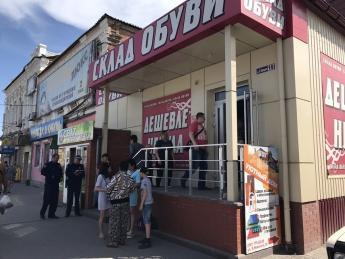 В магазин «Дешевле некуда» вызвали полицию – покупатели взбунтовались (видео)