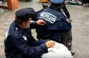 Курьезы. Бомжи в милицейской форме ходят по Запорожью (Видео)