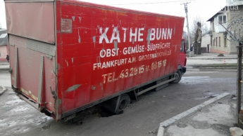 В центре Запорожья грузовик провалился в яму диаметром полметра, - ФОТОФАКТ