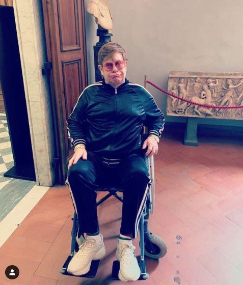 Элтон Джон оказался винвалидной коляске