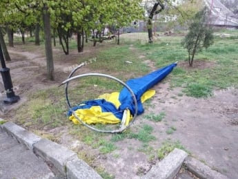 В Мелитополе ветер снес часть конструкции флагштока с флагом (фото)