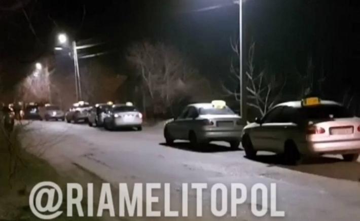 В Мелитополе наркоманы достали нож и пригрозили таксисту порезать его на части (видео)