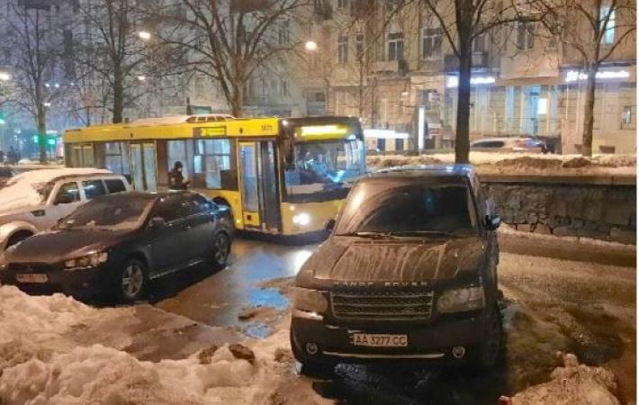 В Киеве автохам на Range Rover нагло заблокировал движение в центре