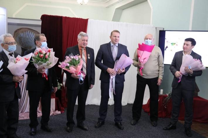 Как в Мелитополе мужчины почетных жительниц города поздравляли (фото)