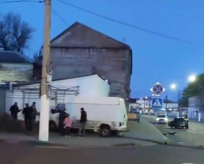 В Мелитополе микроавтобус вылетел на тротуар после столкновения с легковушкой (видео)