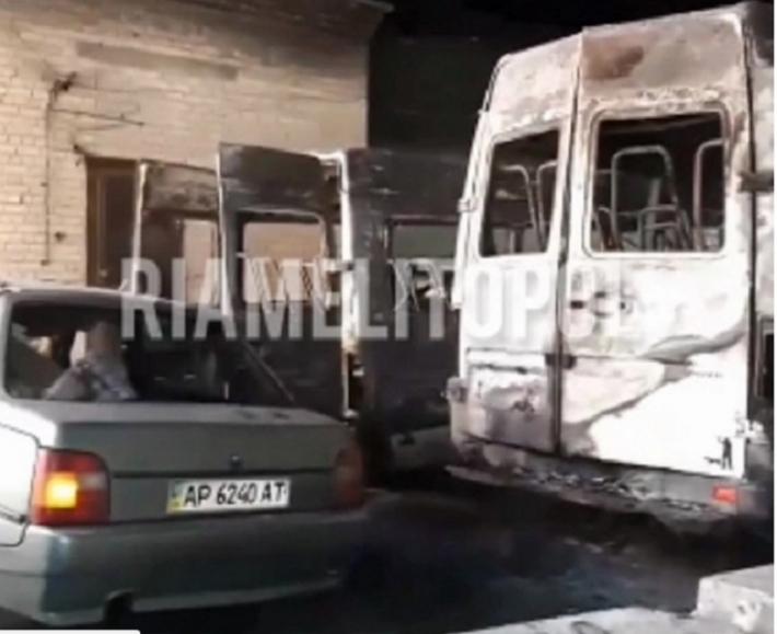 Появились подробности пожара на автостоянке в Мелитополе, где сгорели две маршрутки (видео)