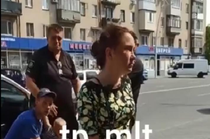 Нетрезвая мать и мужчина с топором - как в центре Мелитополя маленького ребенка спасали (видео 18+)
