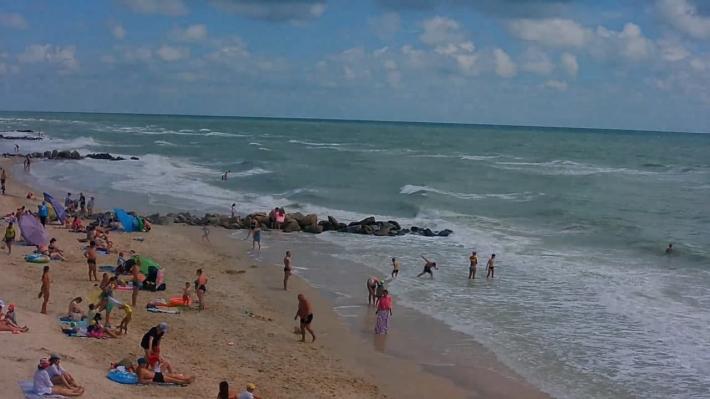 В Кирилловке после вчерашнего потопа на пляжах аншлаг (фото)