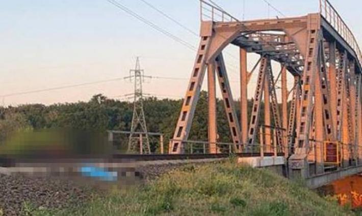 Лег под поезд ради селфи: в Ирпене погиб подросток ради красивого фото