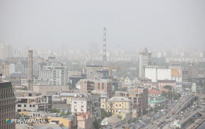 Киев накрыла пылевая буря: небо затянуло смогом, аввоздухе летает песок