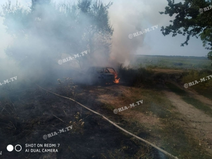 Под Мелитополем на трассе загорелся автомобиль (фото)